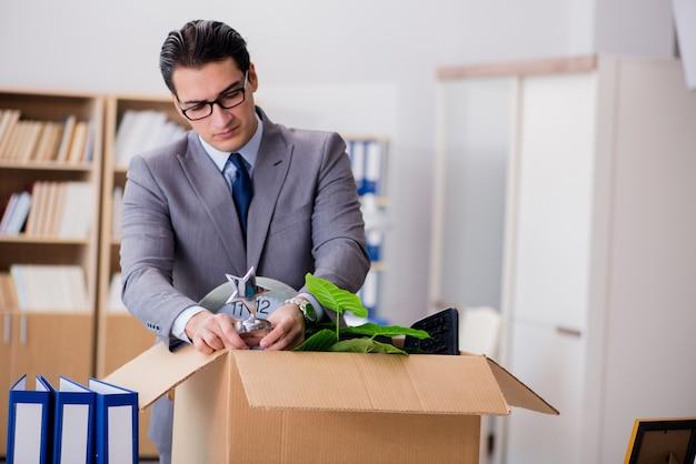 ボックスと彼の所持品のオフィスを移動する人 Premium写真