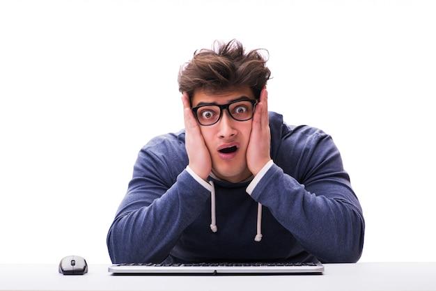 分離されたコンピューターで作業して面白いオタク男 Premium写真