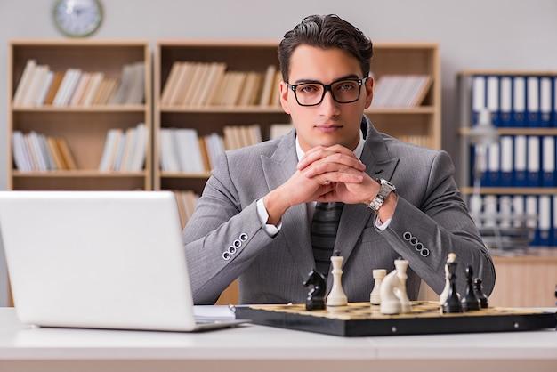 オフィスでチェスをしている青年実業家 Premium写真