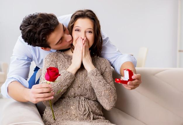 結婚の提案をする男とロマンチックな概念 Premium写真