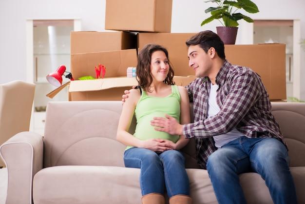 Молодая пара мужчина и беременная жена ожидают ребенка Premium Фотографии
