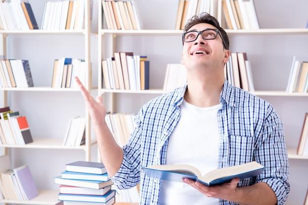 試験の準備の本を持つ若い学生 Premium写真