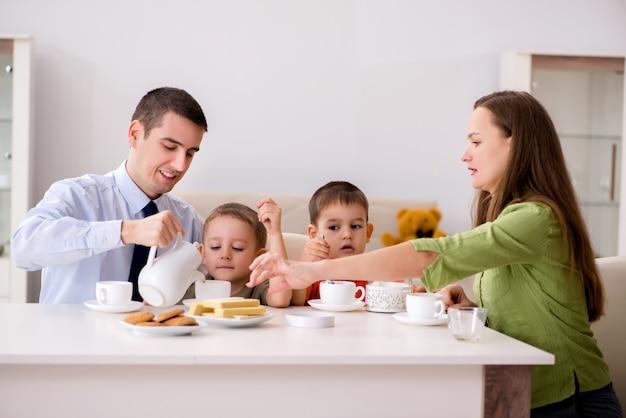 Счастливая семья завтракает вместе дома Premium Фотографии