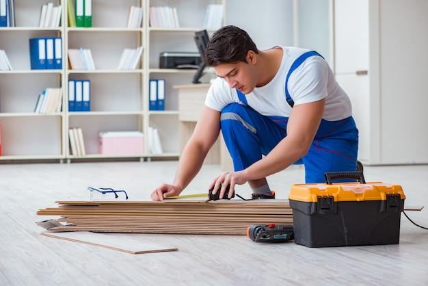 床ラミネートタイルに取り組んでいる若年労働者 Premium写真
