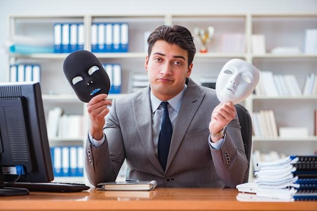 オフィスの偽善概念でマスクを持ったビジネスマン Premium写真