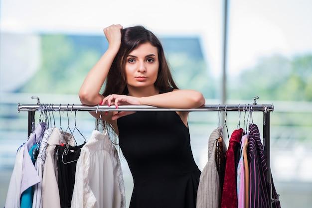 女性のお店で服を選ぶ Premium写真