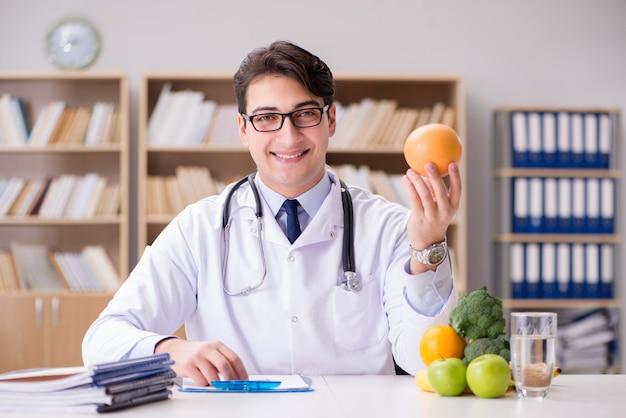 果物と野菜でダイエットの概念の医師 Premium写真