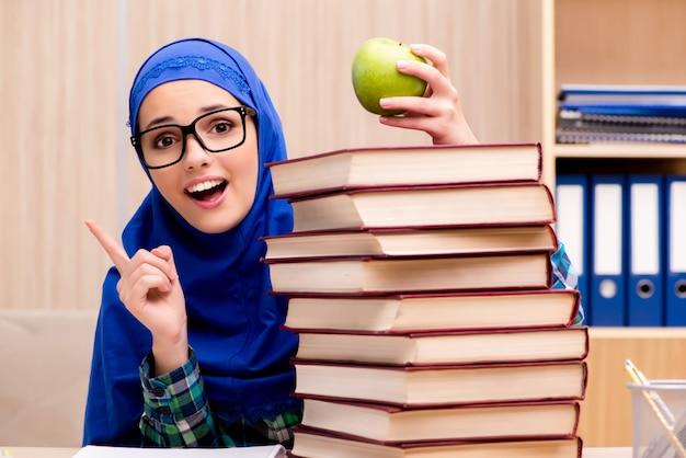 イスラム教徒の少女の入学試験の準備 Premium写真