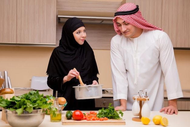 キッチンで若いアラブ家族 Premium写真