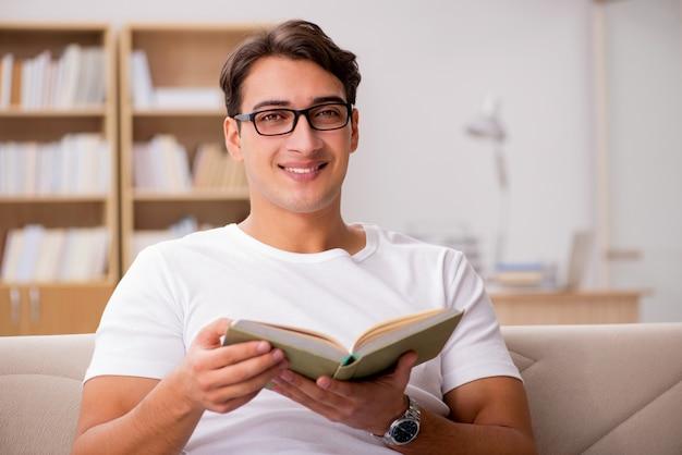ソファのソファに座って本を読んでいる人 Premium写真