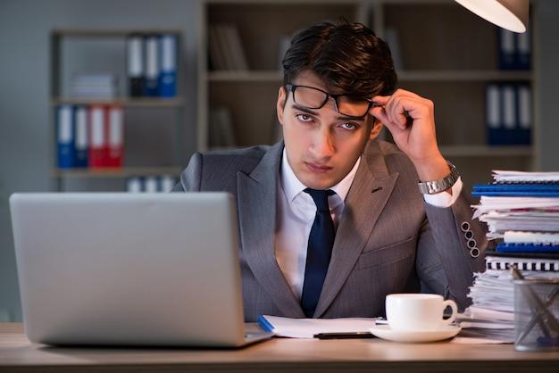 オフィスに長時間滞在するビジネスマン Premium写真