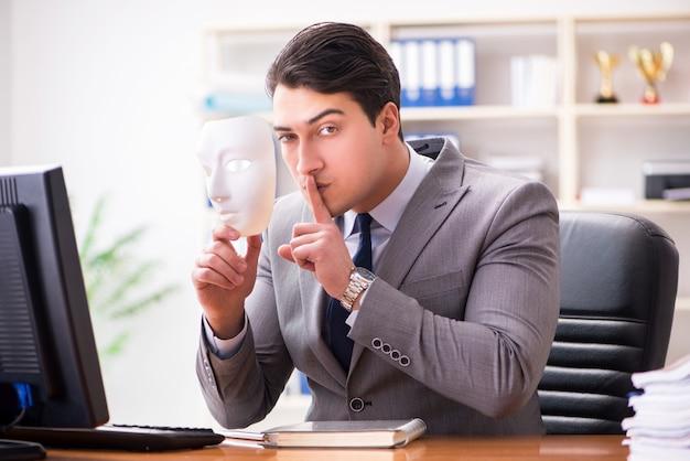 Бизнесмен с маской в офисе лицемерия концепции Premium Фотографии