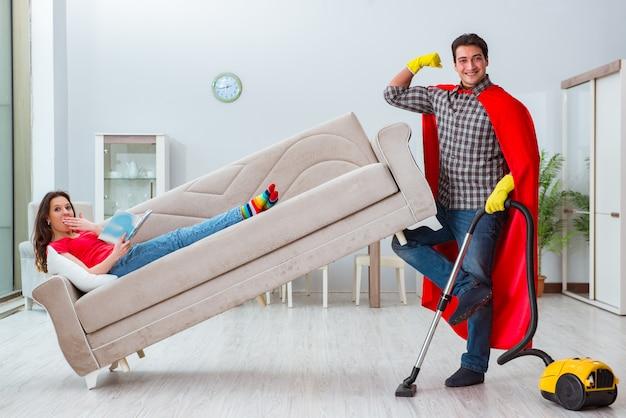 Муж супергероя помогает жене дома Premium Фотографии