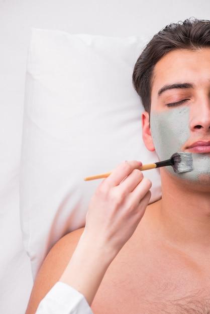 Красивый мужчина в концепции спа массаж Premium Фотографии