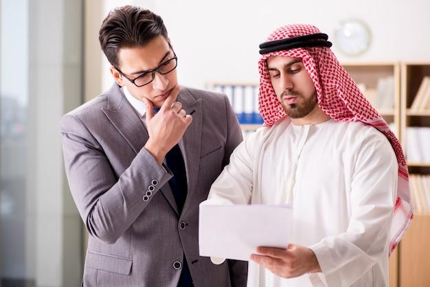 Разнообразная бизнес-концепция с арабским бизнесменом Premium Фотографии