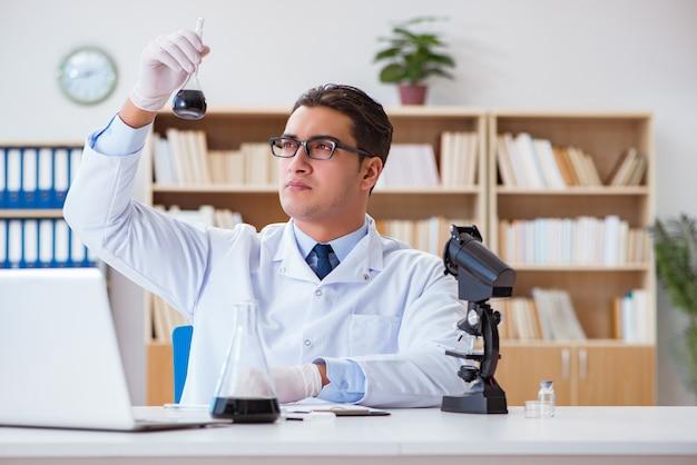 実験室でオイルサンプルに取り組んでいる化学エンジニア Premium写真