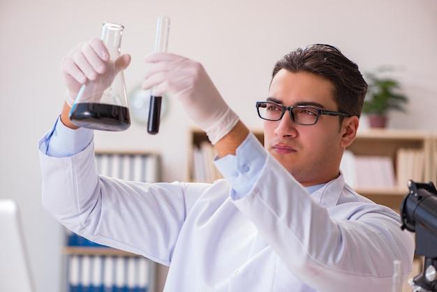 実験室で働く若いラボアシスタント Premium写真