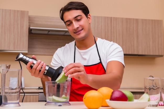 Красивый мужчина работает на кухне Premium Фотографии