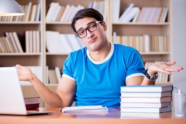 若い学生が学校の試験の準備 Premium写真