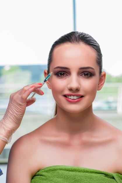 ボトックス注射の準備をしている美しい女性 Premium写真