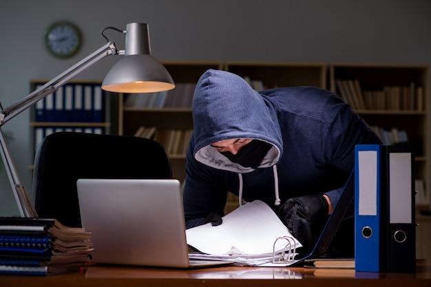 Хакер крадет личные данные с домашнего компьютера Premium Фотографии