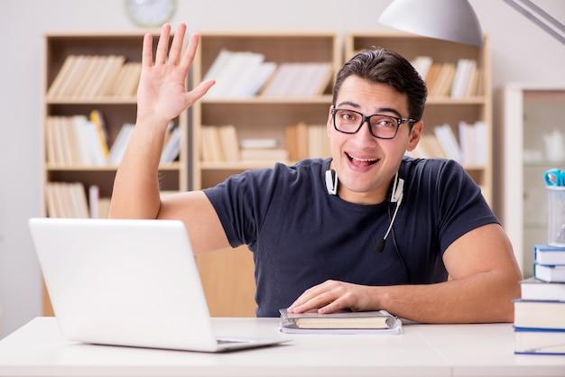 若いフリーランスはコンピューターで働いていた Premium写真