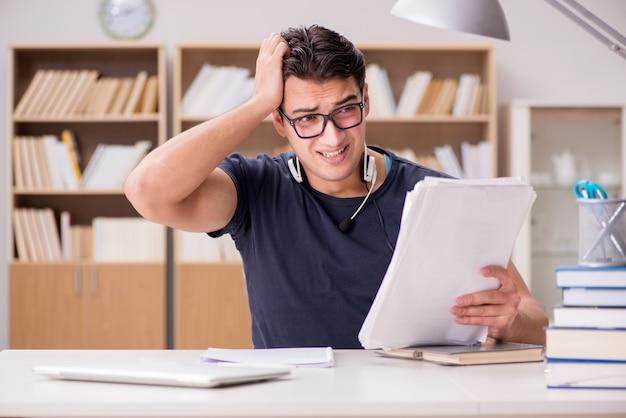 勉強が多すぎる不幸な学生 Premium写真