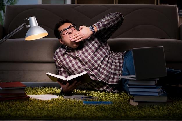 試験の準備をする本を読む学生 Premium写真