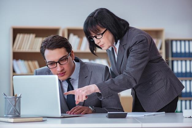 オフィスで商談を持つビジネスマン Premium写真