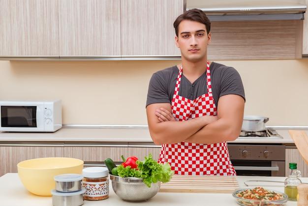 男の男性クックキッチンで食事の準備 Premium写真