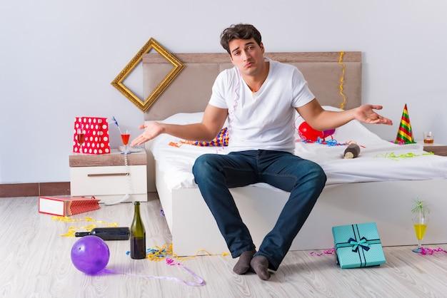 自宅でパーティーの後の男 Premium写真