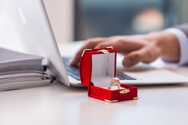 結婚の提案をする男 Premium写真