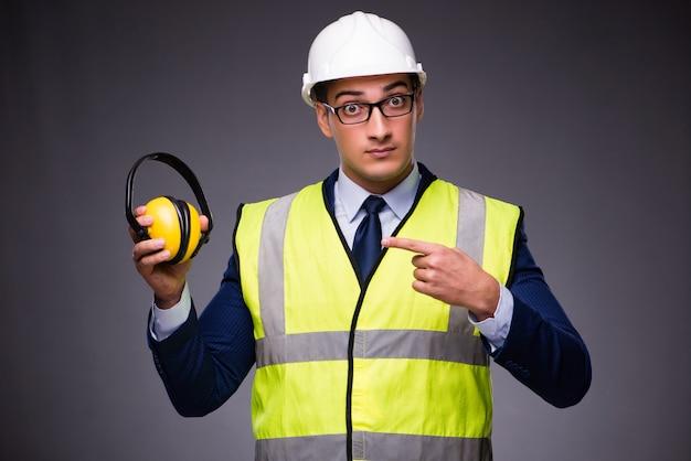 ハード帽子と建設ベストを着た男 Premium写真