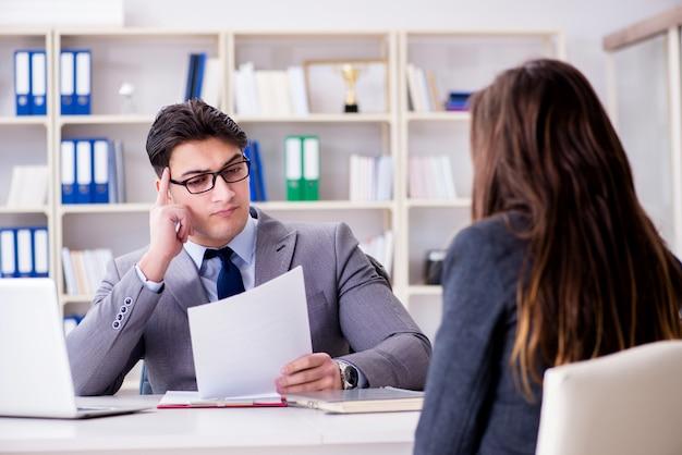 ビジネスマンとビジネスウーマン間のビジネス会議 Premium写真