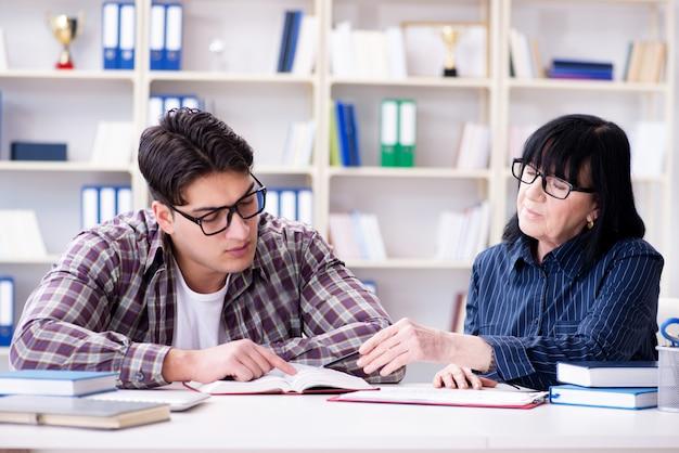 個別指導レッスン中の若い学生 Premium写真