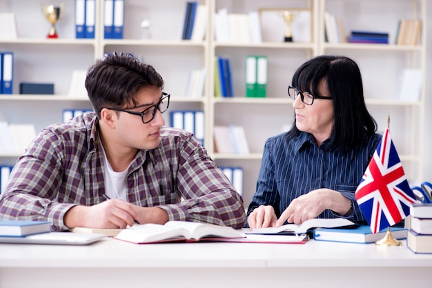 英語レッスン中の若い留学生 Premium写真