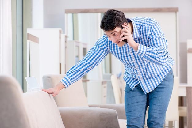 若い男が家具店でのショッピング Premium写真