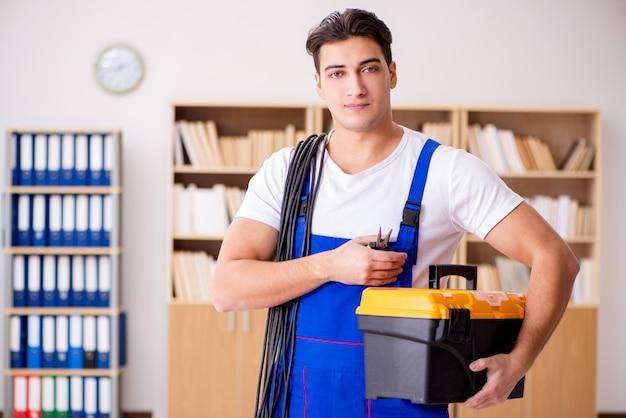自宅で電気修理をしている男 Premium写真