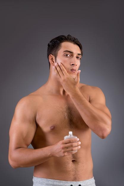 朝のシャワー後ハンサムな男 Premium写真