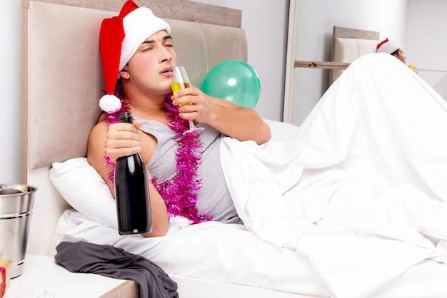 遅いパーティーの後の二日酔いを持つ男 Premium写真