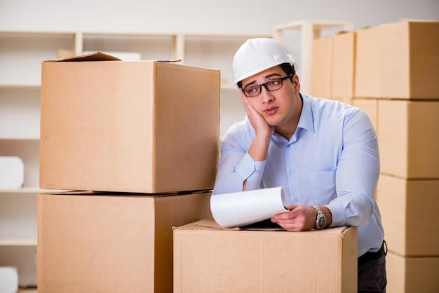 Человек, работающий в службе доставки доставки коробки Premium Фотографии