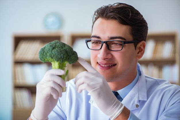 有機性果物と野菜に取り組んでいる科学者 Premium写真