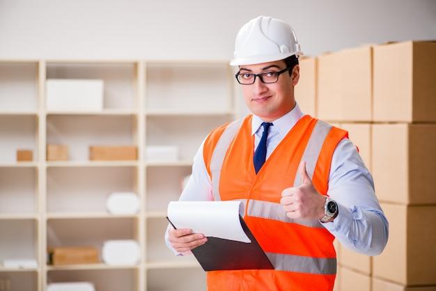 Человек, работающий в офисе службы доставки почтовых посылок Premium Фотографии