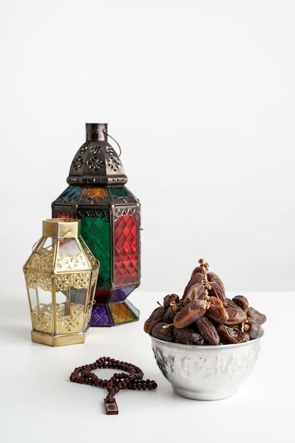 Финики пальмы и арабский фонарь на белом Premium Фотографии
