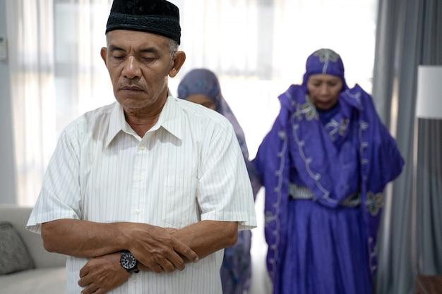 礼拝室で集会で祈る家族の肖像 Premium写真