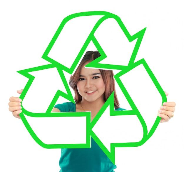 リサイクルサインを保持しているアジアの若い女性 Premium写真