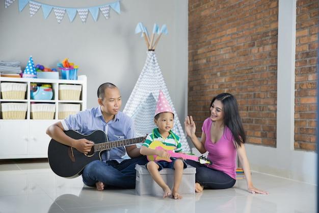 息子のコンセプトで音楽を演奏する Premium写真