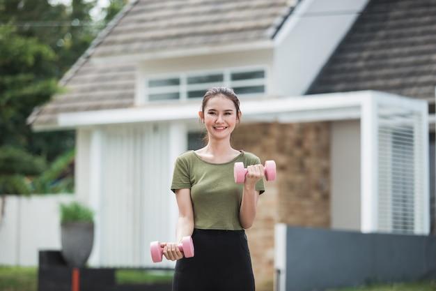 Молодой азиатский работать женщины напольный Premium Фотографии