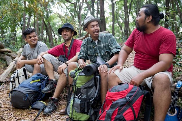 Люди, имеющие перерыв после походов Premium Фотографии