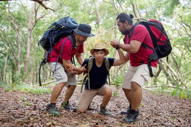 Помогите другу прогуляться во время похода Premium Фотографии
